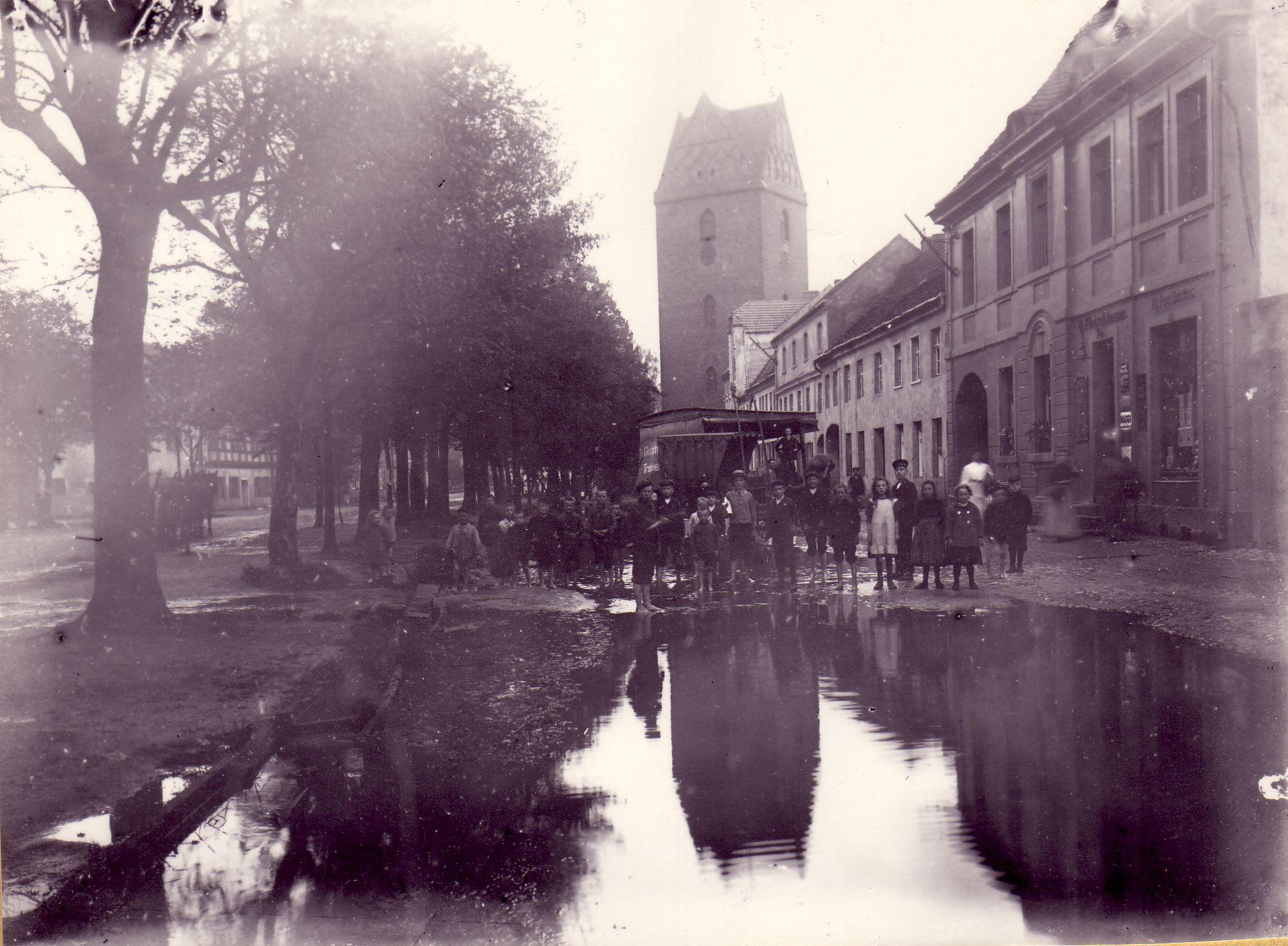 Ein Foto der Großstraße mit Blick auf die Marienkirche vor dem Bau der Kanalisation. Geschossen von Karl Reichhelm